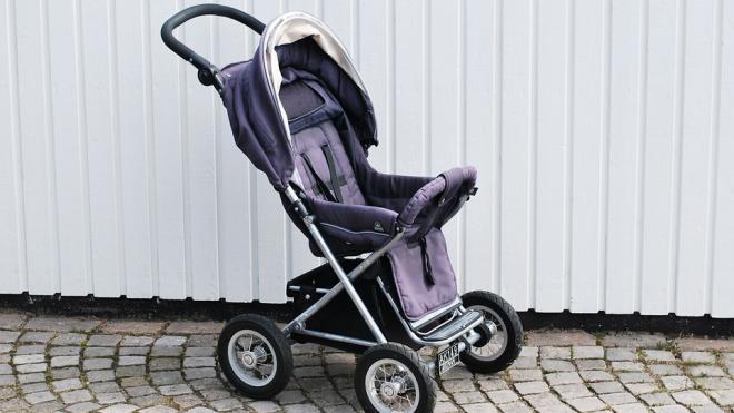 На улице Бутлерова нашли брошенную коляску с малышом