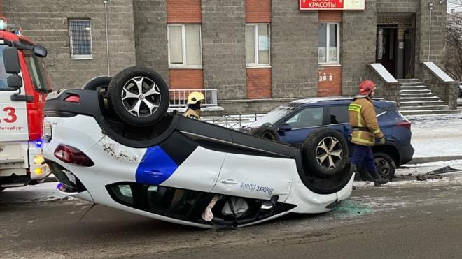 Каршеринг перевернулся на крышу на улице Шаврова