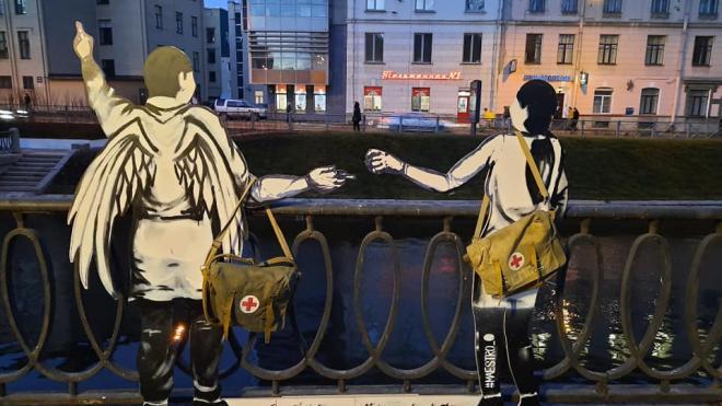 Фигуры ангелов-медиков установили на набережной Карповки