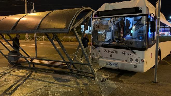 В Выборгском районе пассажирский автобус протаранил остановку
