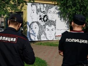 В Пушкарском саду 5 часов провисел баннер с портретами застреленных активистов