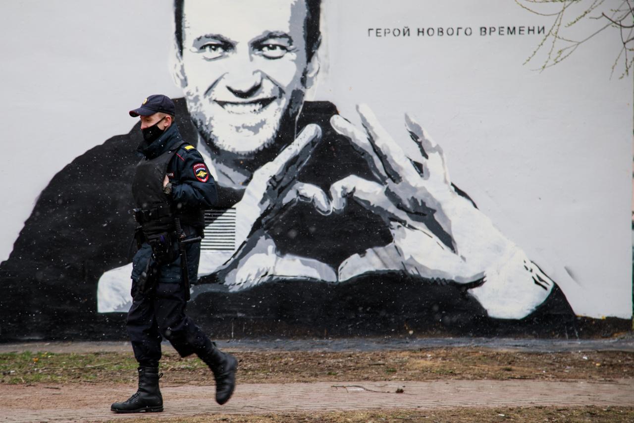 Граффити с Навальным в Пушкарском саду оперативно закрасили