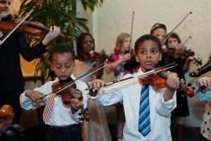 2 kids playing violins