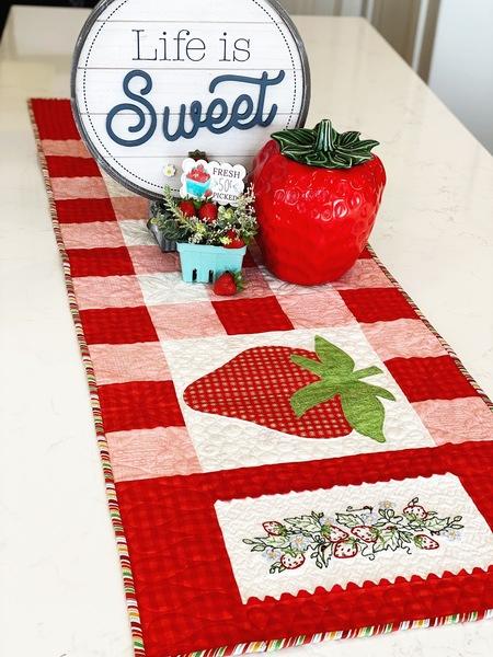Strawberry Tablerunner Kit