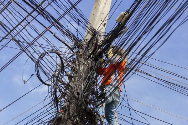 working-on-transmission-lines-cluster-electrical-men.