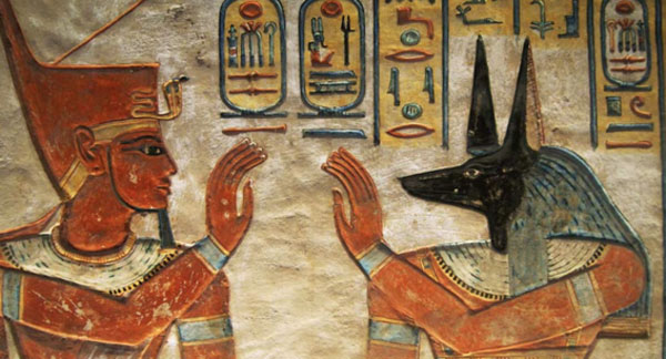 Petroglifo que muestra a un faraón egipcio y una deidad egipcia