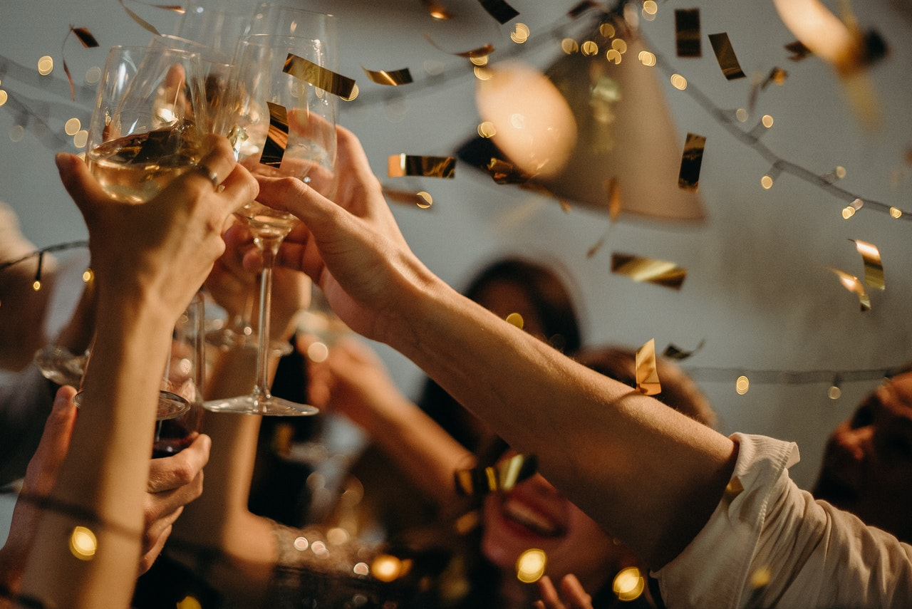 People toasting wine glasses 3171837