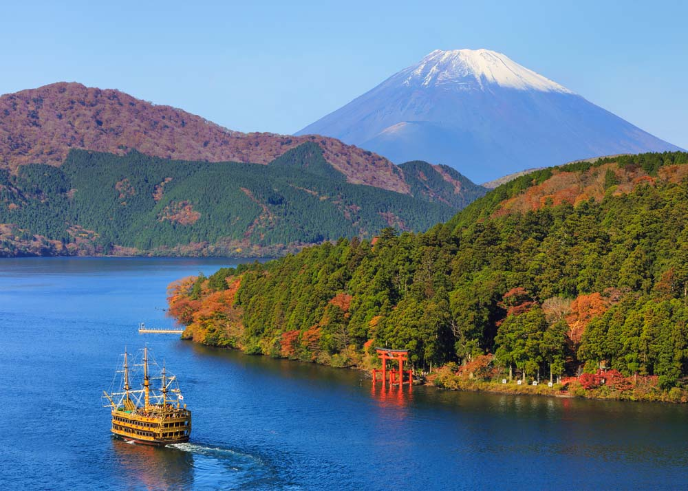 Mountain Fuji and Lake Ashi with Hakone temple and sightseeing boat in autumn. Photo: Shutterstock