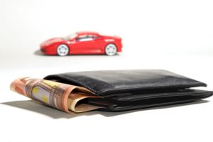 Billetera con auto de fondo