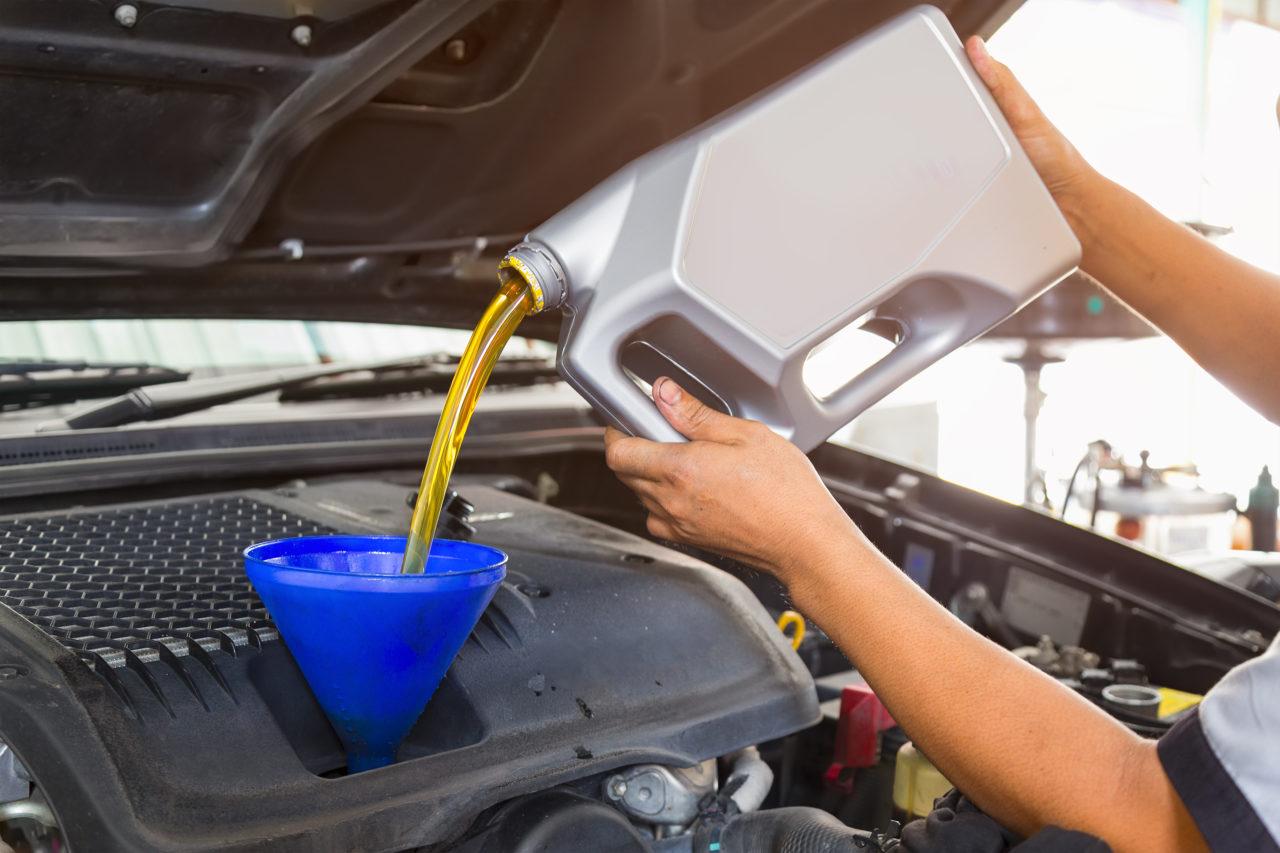 ¿Cuándo debes hacer el cambio de aceite a tu auto?
