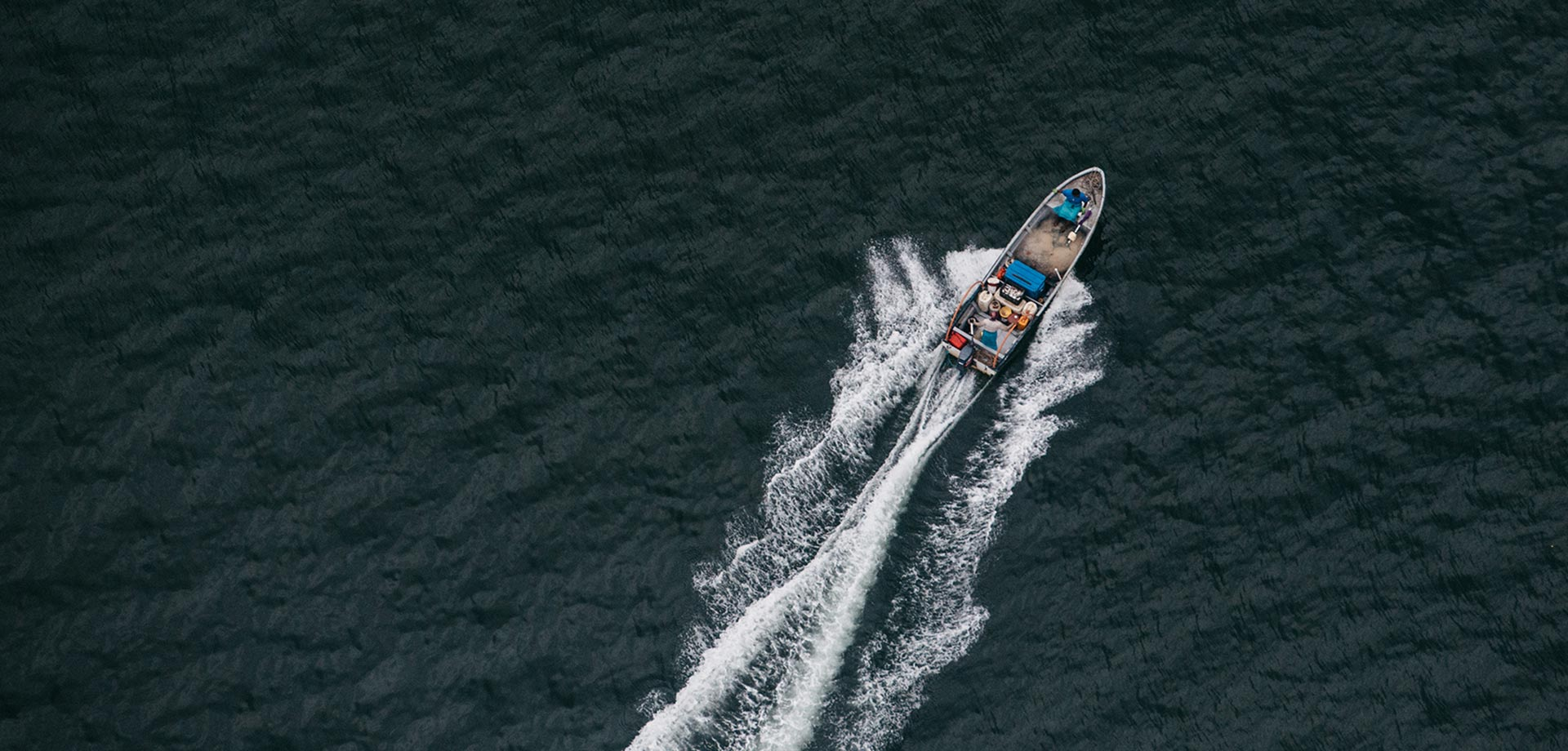 overhead photo of speedboat in water taken according to rule of thirds