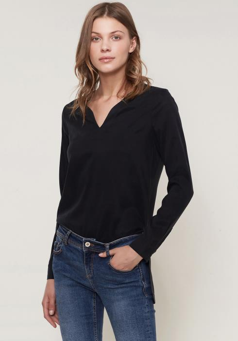 Ro&De Noir Round Split Neck Hi-Lo Top