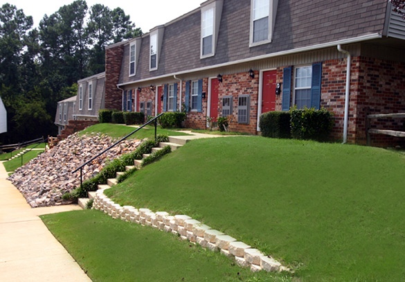 Apartments in Augusta Georgia with lush green lawns