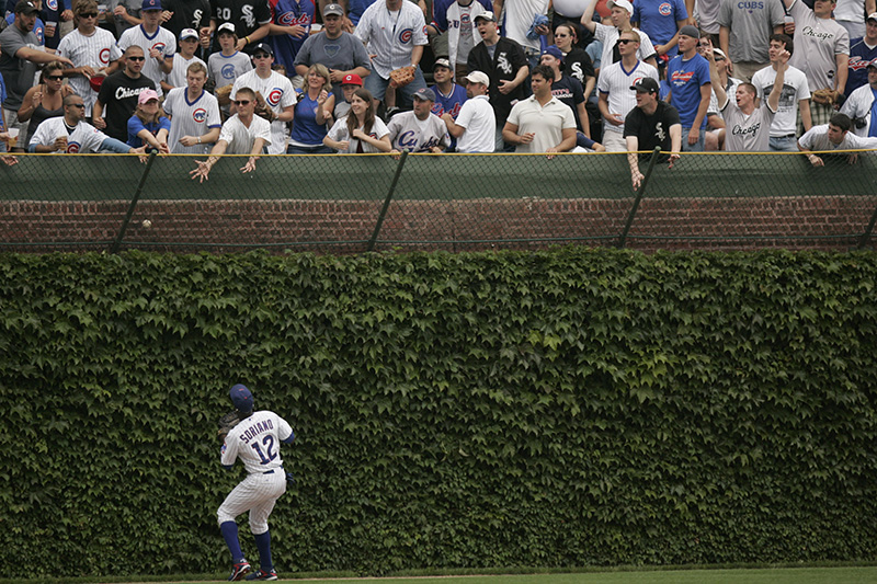 Fans try to catch White Soxs Alexei Ramirezs homerun during the first inning at the Crosstown Classic on Wednesday afternoon at Wrigley Field. Kevin Sherman/ksherman@dailyherald.com/©Daily Herald