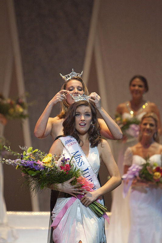 Erin OConnor, Miss Macomb, is crowned by Miss Illinois 2008 Katie Lorenz as the winner of the 2009 Miss Illinois pageant at the Norris Cultural Arts Center in St. Charles on Saturday night. Kevin Sherman/ksherman@dailyherald.com/©Daily Herald
