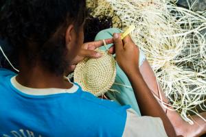 malagasy-women-hand-crafting-noces-handbag-hand-stitching-raffia-handbag-hand-crafted-handbag