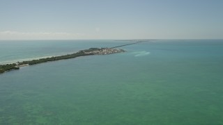 AX0025_141 - 5K stock footage aerial video tilt from open water revealing homes on Long Key, Layton, Florida