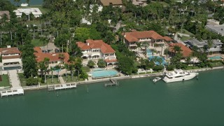 AX0031_044 - 5K stock footage aerial video of mansions on the shore, Palm Island, Florida