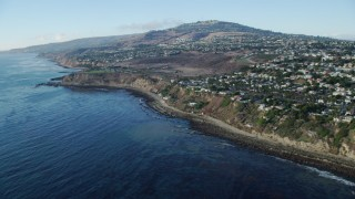 AX0161_017 - 8K stock footage aerial video tilting from kelp in the ocean to reveal coastal cliffs and neighborhoods in San Pedro, California