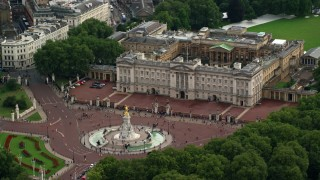 AX115_136 - 6K stock footage aerial video of Victoria Memorial and tourists by Buckingham Palace front gates, London, England