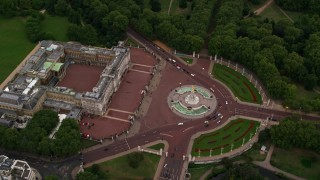 AX116_030 - 6K stock footage aerial video of a bird's eye view of Buckingham Palace and Victoria Memorial, London, England, twilight