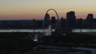 DX0001_000753 - 5.7K stock footage aerial video of the Gateway Geyser and Arch while descending, Downtown St. Louis, Missouri, twilight