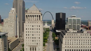 DX0001_000780 - 5.7K stock footage aerial video flyby a courthouse with view of the Museum at the Gateway Arch in Downtown St. Louis, Missouri
