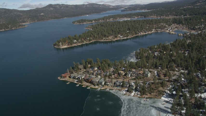 5K stock footage aerial video tilt to waterfront homes on the shore of Big Bear Lake in winter, California Aerial Stock Footage | AX0010_030