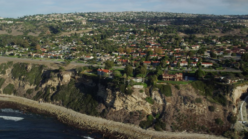 8K stock footage aerial video of mansions on seaside cliffs in Palos Verdes Estates, California Aerial Stock Footage | AX0161_032