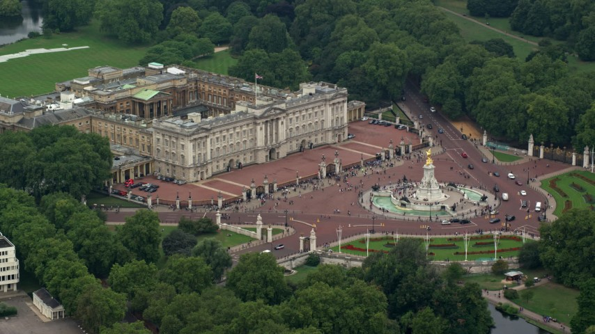 6K stock footage aerial video of Buckingham Palace and the Victoria Memorial in London, England Aerial Stock Footage | AX114_190