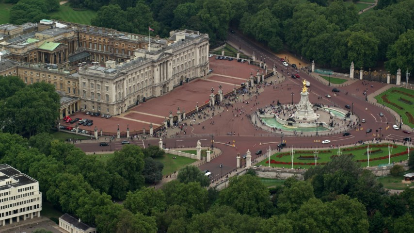 6K stock footage aerial video of flying by Buckingham Palace and Victoria Memorial, London, England Aerial Stock Footage | AX114_191
