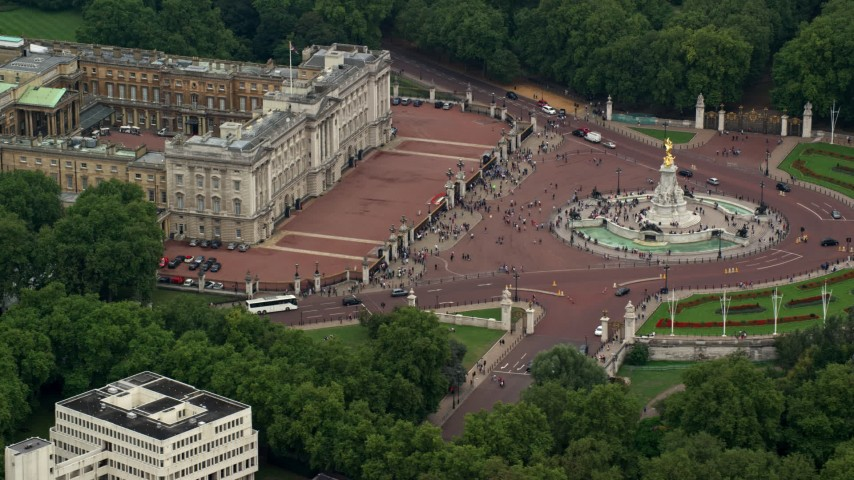 6K stock footage aerial video of passing by Buckingham Palace and Victoria Memorial, London, England Aerial Stock Footage | AX114_192