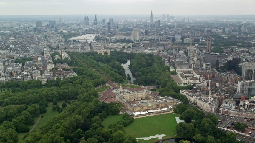 6K stock footage aerial video of Buckingham Palace and London cityscape, England Aerial Stock Footage | AX114_214