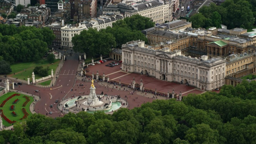 6K stock footage aerial video of Victoria Memorial and front gates of Buckingham Palace, London, England Aerial Stock Footage | AX115_135