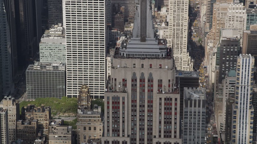 4K stock footage aerial video Flying by the top decks of the Empire State Building, Midtown Manhattan, New York Aerial Stock Footage | AX87_113