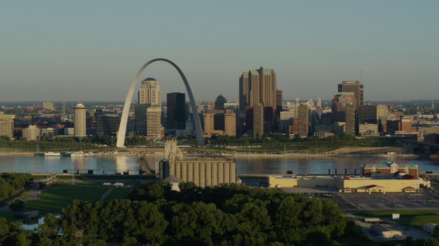 5.7K stock footage aerial video of the skyline and Arch across from a park and grain elevator, Downtown St. Louis, Missouri Aerial Stock Footage | DX0001_000517