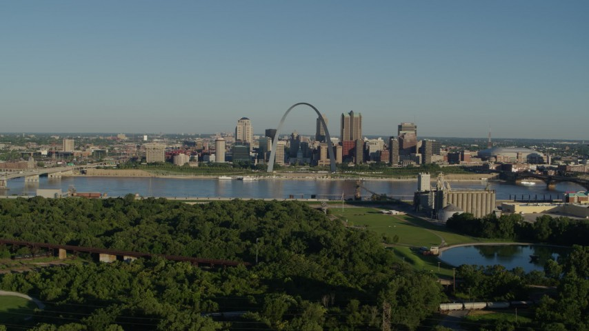 5.7K stock footage aerial video of a park with view of the Arch and skyline at sunrise, Downtown St. Louis, Missouri Aerial Stock Footage | DX0001_000541
