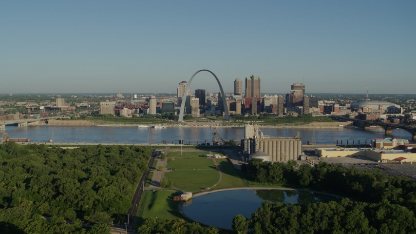 5.7K stock footage aerial video of park looking toward Arch and skyline along the river, sunrise, Downtown St. Louis, Missouri Aerial Stock Footage | DX0001_000547