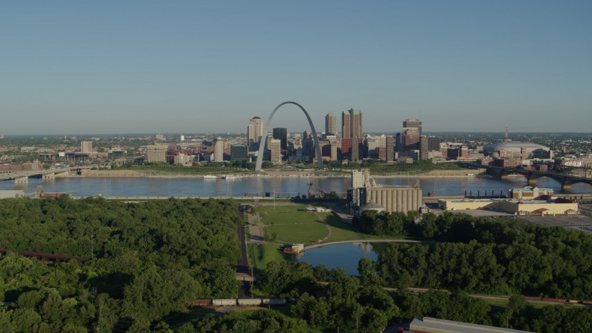 5.7K stock footage aerial video of a park along the river and skyline and Arch, sunrise, Downtown St. Louis, Missouri Aerial Stock Footage | DX0001_000553
