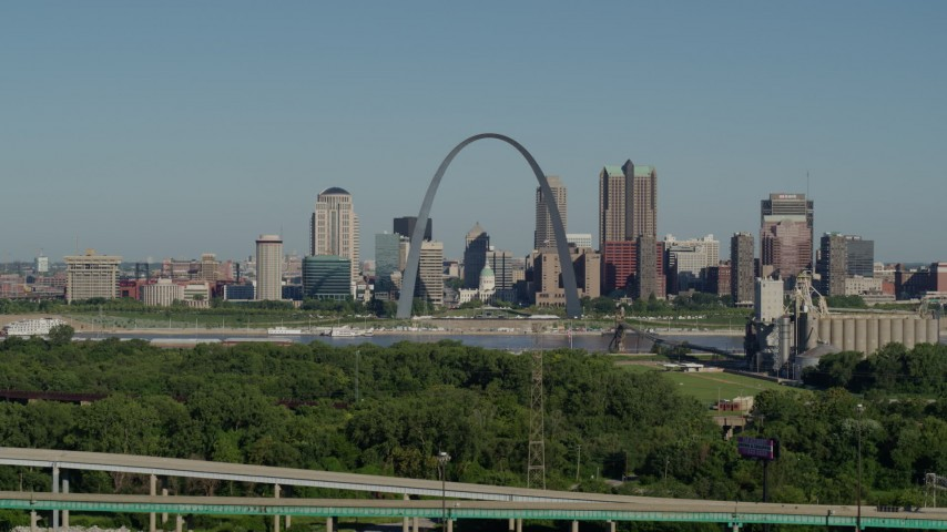 5.7K aerial video of ascending from freeway, park and the Arch and skyline, Downtown St. Louis, Missouri Aerial Stock Footage | DX0001_000569