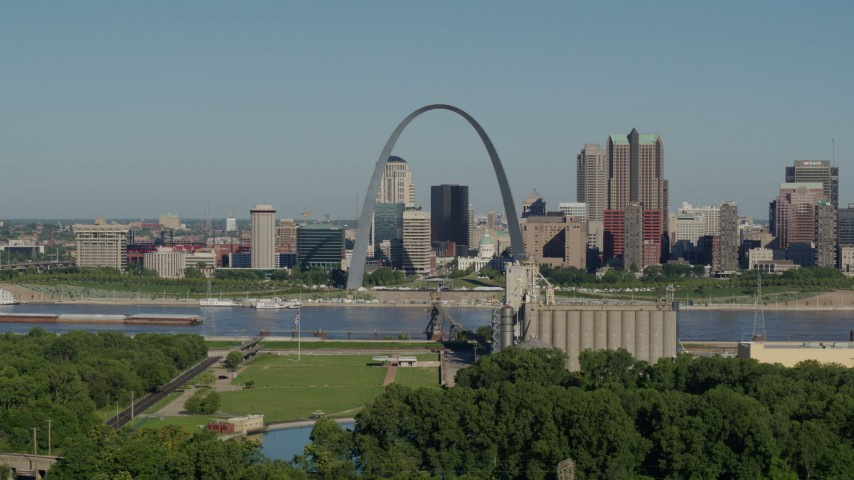 5.7K stock footage aerial video of the Gateway Arch and skyline along the river, Downtown St. Louis, Missouri Aerial Stock Footage | DX0001_000570