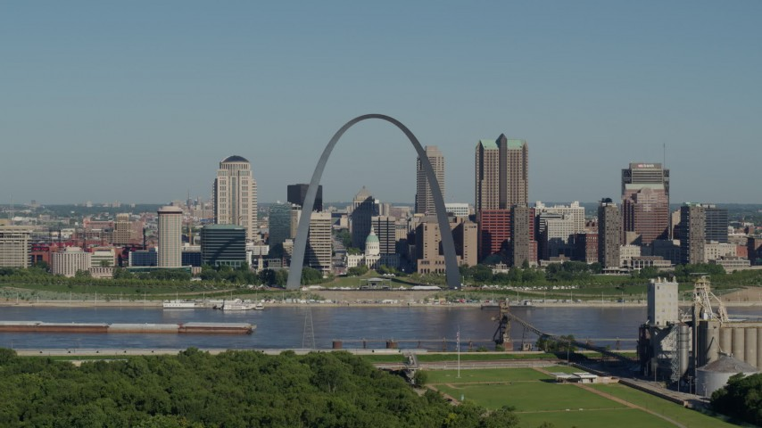 5.7K stock footage aerial video side view of the Gateway Arch and city skyline, Downtown St. Louis, Missouri Aerial Stock Footage | DX0001_000574