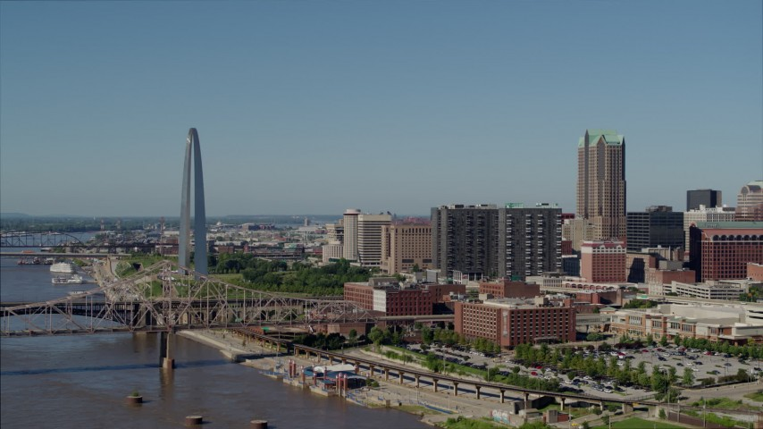 5.7K stock footage aerial video of the Gateway Arch and skyscrapers in Downtown St. Louis, Missouri Aerial Stock Footage | DX0001_000593