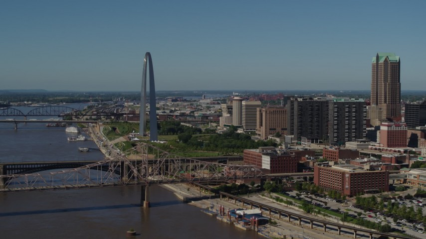 5.7K aerial video of the Gateway Arch seen from Martin Luther King Bridge in Downtown St. Louis, Missouri Aerial Stock Footage | DX0001_000607