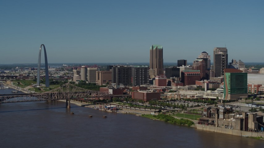 5.7K stock footage aerial video of the Gateway Arch and buildings in Downtown St. Louis, Missouri Aerial Stock Footage | DX0001_000611