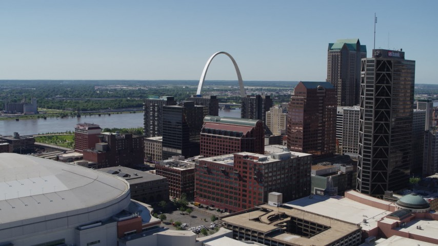 5.7K stock footage aerial video ascend with a view of the Gateway Arch and buildings in Downtown St. Louis, Missouri Aerial Stock Footage | DX0001_000618