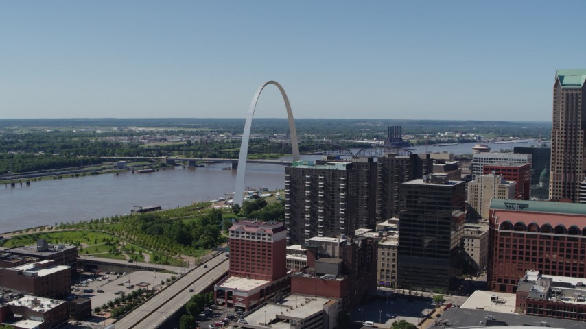 5.7K stock footage aerial video of the famous Gateway Arch by the Mississippi River in Downtown St. Louis, Missouri Aerial Stock Footage | DX0001_000626