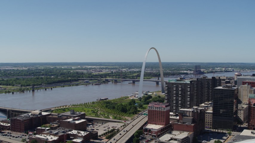5.7K aerial video of the Gateway Arch and the Mississippi River in Downtown St. Louis, Missouri Aerial Stock Footage | DX0001_000638