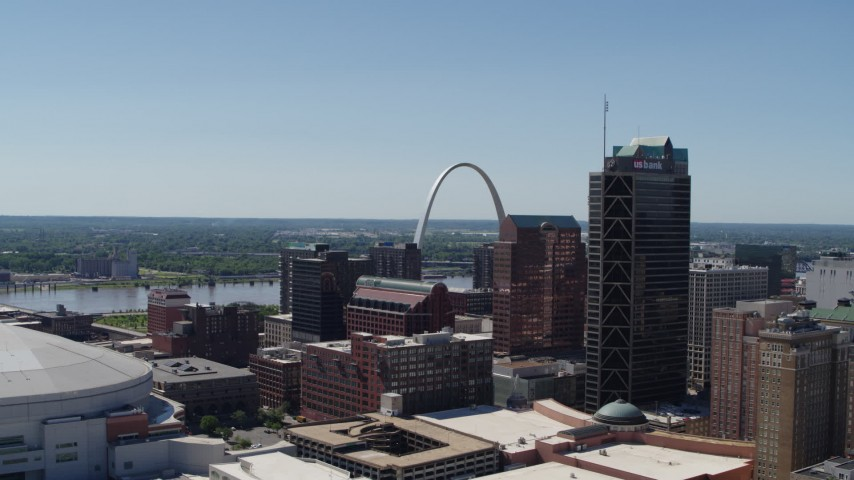 5.7K stock footage aerial video of flyby skyscrapers to reveal the Gateway Arch in Downtown St. Louis, Missouri Aerial Stock Footage | DX0001_000640