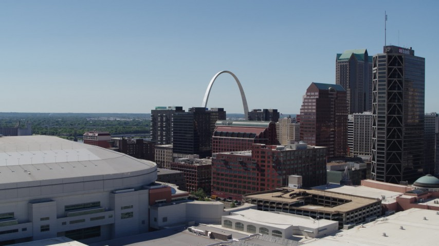 5.7K stock footage aerial video of the Gateway Arch in Downtown St. Louis, Missouri seen while descending Aerial Stock Footage | DX0001_000642